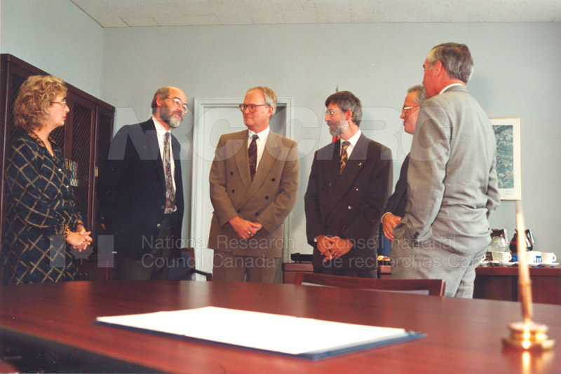 Memorandum of Understanding Signing NRC-CISTI and Agriculture & Agri-Food Canada 29 Aug. 1997 008