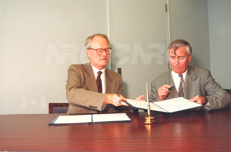 Memorandum of Understanding Signing NRC-CISTI and Agriculture & Agri-Food Canada 29 Aug. 1997 009