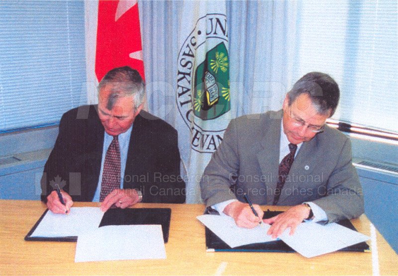 Signing of the NRC-U of S Contribution Agreement at the University of Saskatchewan 27 June 2000 01