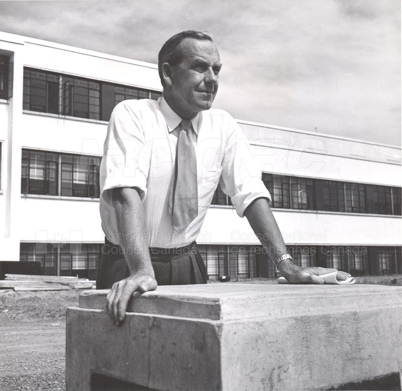 Dr. Steacie, Dr. I.E. Puddington Applied Chemistry Building no.32 1952 005