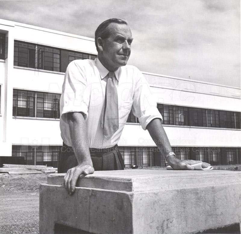 Dr. Steacie, Dr. I.E. Puddington Applied Chemistry Building no.32 1952 005