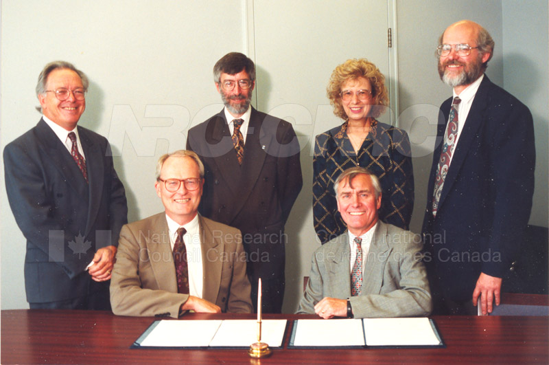 Memorandum of Understanding Signing NRC-CISTI and Agriculture & Agri-Food Canada 29 Aug. 1997 015
