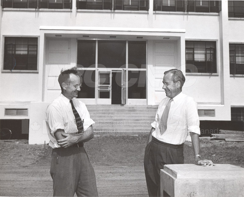 Dr. Steacie, Dr. I.E. Puddington Applied Chemistry Building no.32 1952 006