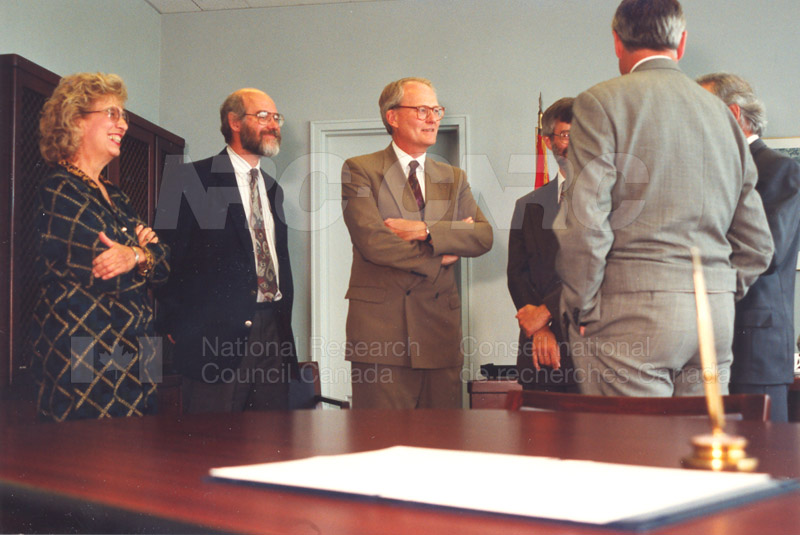 Memorandum of Understanding Signing NRC-CISTI and Agriculture & Agri-Food Canada 29 Aug. 1997 012
