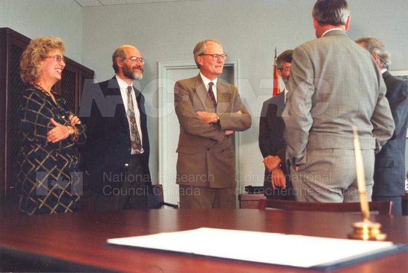 Memorandum of Understanding Signing NRC-CISTI and Agriculture & Agri-Food Canada 29 Aug. 1997 012