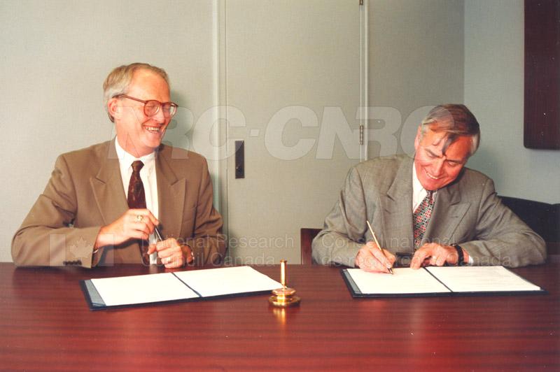 Memorandum of Understanding Signing NRC-CISTI and Agriculture & Agri-Food Canada 29 Aug. 1997 018