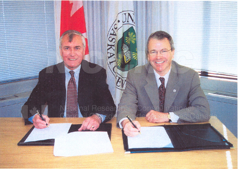 Signing of the NRC-U of S Contribution Agreement at the University of Saskatchewan 27 June 2000 02