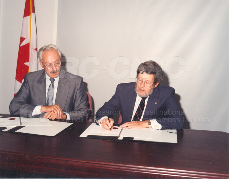 Signing of MOU for Advanced Systems Research Aircraft- 9 July 1992 002