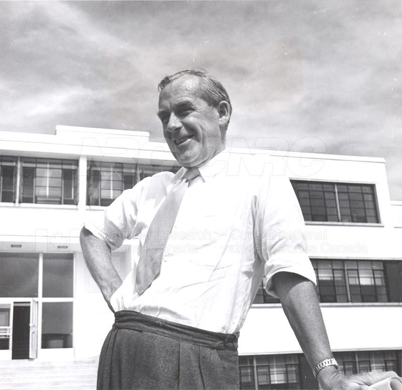 Dr. Steacie, Dr. I.E. Puddington Applied Chemistry Building no.32 1952 008