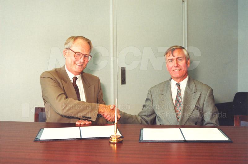 Memorandum of Understanding Signing NRC-CISTI and Agriculture & Agri-Food Canada 29 Aug. 1997 004