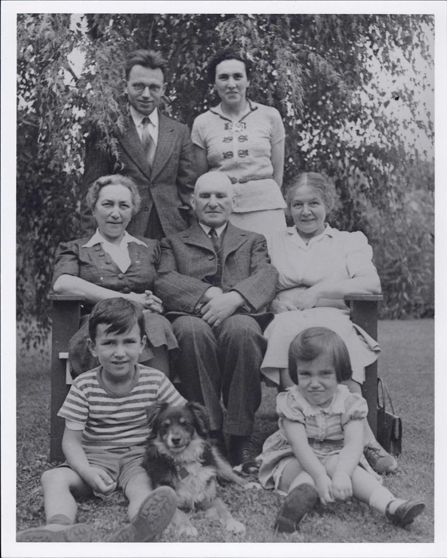Onglet 1: Gerhard Herzberg avec sa famille à Saskatoon, vers 1939
