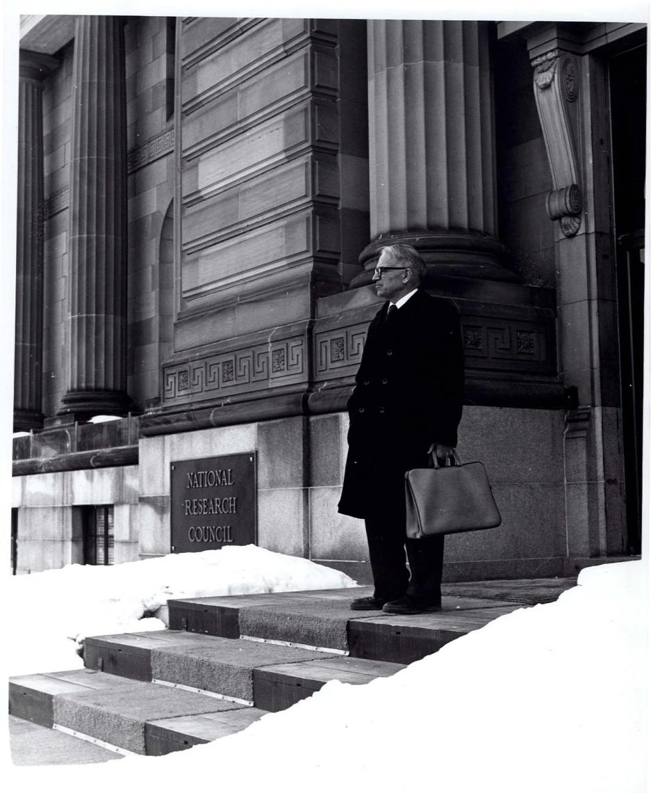 Onglet 1: Gerhard Herzberg dans l'escalier d'entrée de l'immeuble du CNRC au 100, promenade Sussex, février 1985, photo2