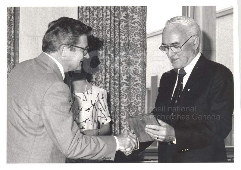 Présentation de plaques pour les 25 ans de service, mai 1985 004