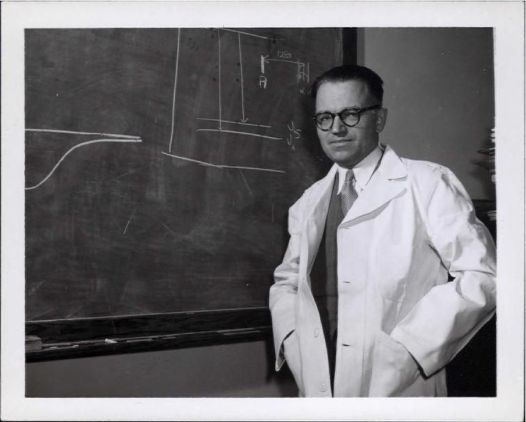 Onglet 1: Gerhard Herzberg en sarrau de laboratoire au tableau noir, photo2